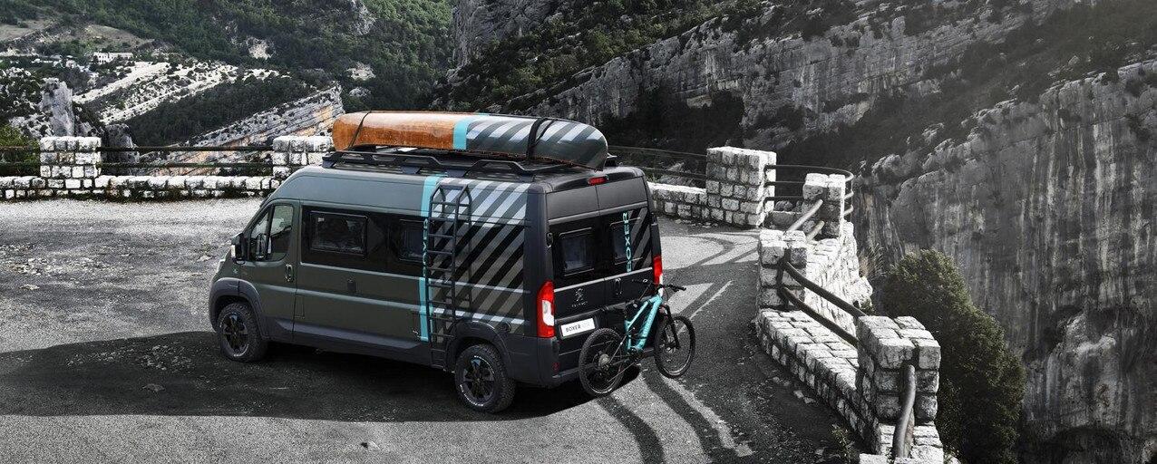 PEUGEOT BOXER 4x4 CONCEPT: Construit sur un PEUGEOT BOXER L3, les 6m de longueur sont optimisés de manière à offrir aux aventuriers un espace de vie de 10m², idéalement conçu pour 2 ou 3 personnes.