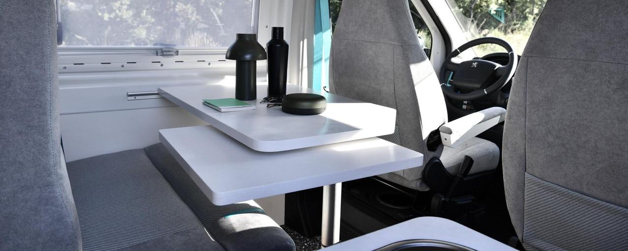 PEUGEOT BOXER 4x4 CONCEPT: L'évier, le plan de travail et la table sont fournis par KERROCK et la Start'up SASMINIMUM qui a conçu le revêtement du sol 100% recyclé et 100% recyclable.