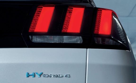 SUV PEUGEOT 3008 HYBRID4 - feux arrière droit et badge Hybrid