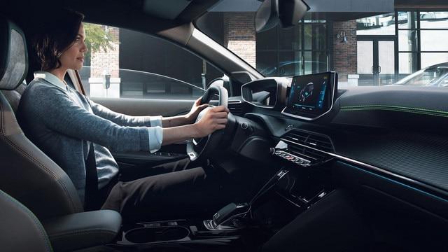 Nouveau SUV électrique PEUGEOT e-2008 : nouveau poste de conduite PEUGEOT i-Cockpit® 3D